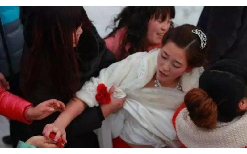 婚禮上最糟糕的傳統!揭密鬧洞房「陋習」:非禮新娘又強暴伴娘!太可怕了!