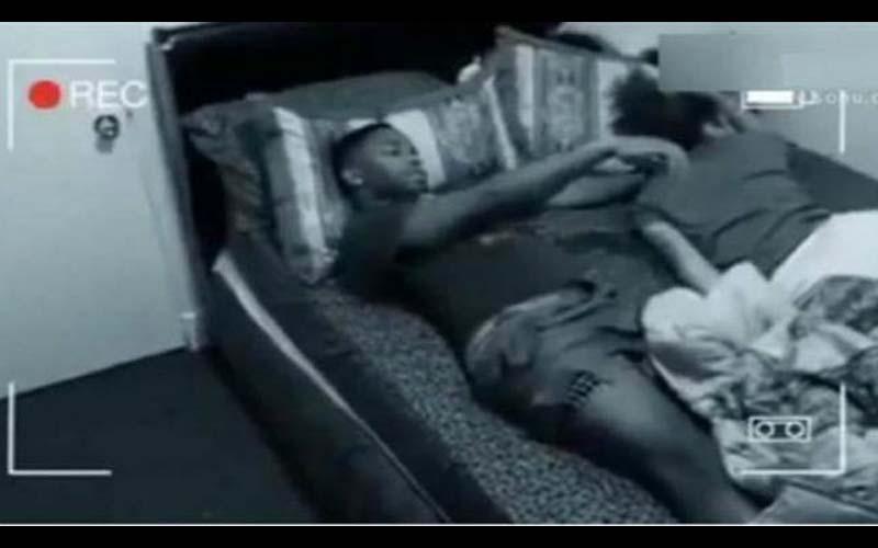 「睡夢中被色鬼脫褲?」男子因經常驚醒時褲子沒穿,於是他決定架設攝影機記錄下這可怕的畫面!