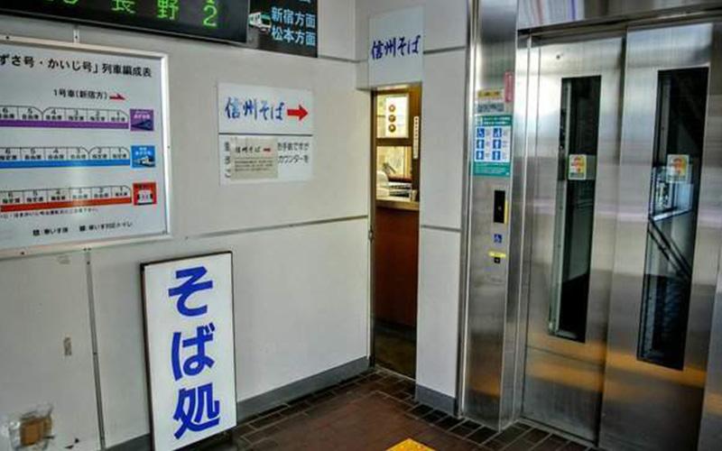 是歧視阿肥?日本蕎麥麵店門超級狹窄...沒想到一進去店內更驚人:光看我都要不能呼吸了!!