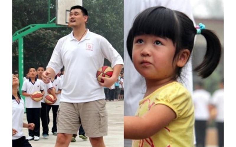 姚明六歲女兒站起來的瞬間超驚人!這身高根本完美遺傳老爸基因!