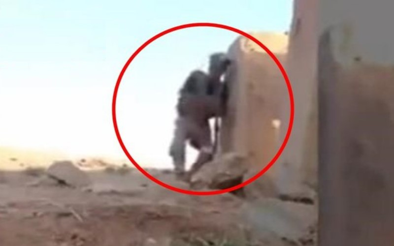 年輕士兵慘遭IS狙擊手圍困隨時會被爆頭...但他竟靠這天才巧妙方式成功逃脫!(圖+影)
