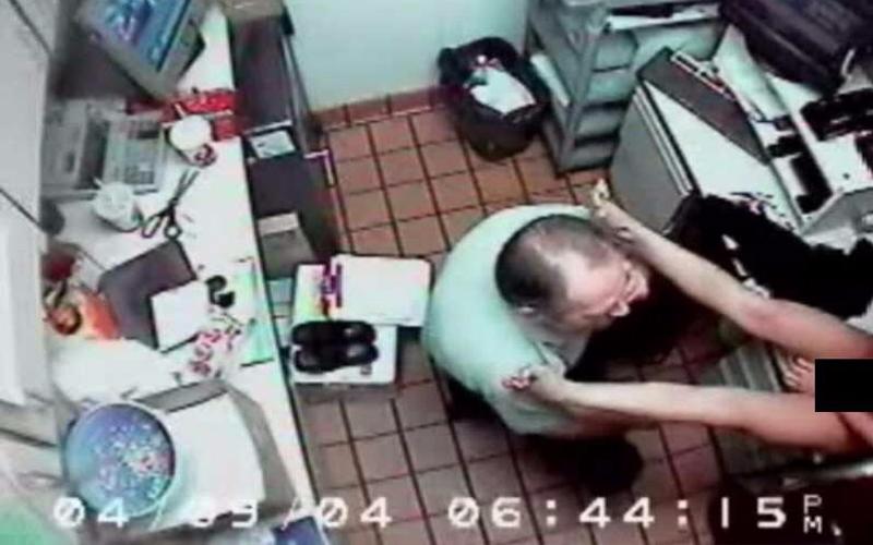 餐廳女員工被「警察」要求脫衣下跪口O!3小時後接手處罰的58歲維修技工才發現問題:太離譜!