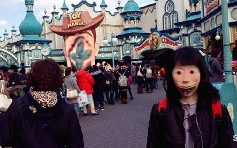 女孩在迪士尼跟胡迪「換臉拍照」臉卻離奇失蹤?網友發現「靈異亮點」笑翻!