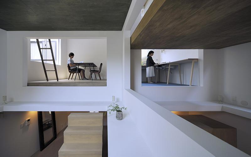 這對夫妻設計了「全部打通、沒有牆壁」的超奇特房子,網友驚呆:沒買保險千萬不要想住在裡面!