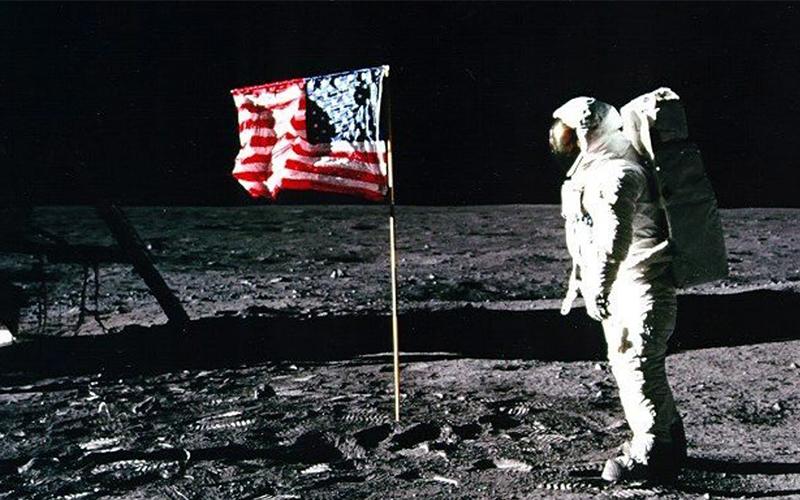 他拿出證據指「登陸月球是一場騙局」,太空人面罩的「倒影」竟然不小心露餡了...!