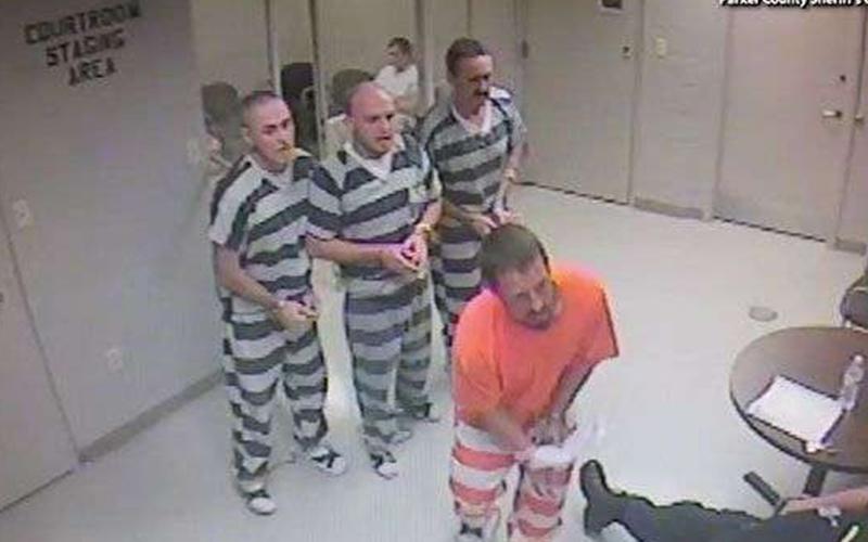 「越獄」救命!好人獄警心臟病發,囚犯明知可能會被掃射仍「集體撞鐵欄」也要救他!