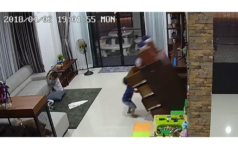 又是抽屜櫃!小男孩在客廳玩櫃子卻「整個倒下去」被喻為「奪命抽屜櫃」