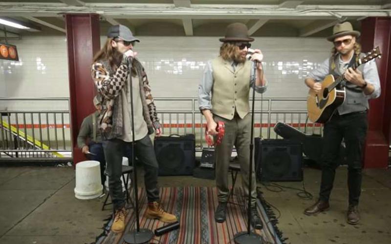 魔力紅主唱「扮成邋遢大叔」在地鐵站賣唱,民眾的反應讓他嗨到加碼唱超紅單曲