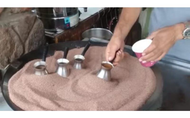 神奇的「土耳其沙煮咖啡」在沙子裡推兩下,為什麼會冒出咖啡?原理大公開!
