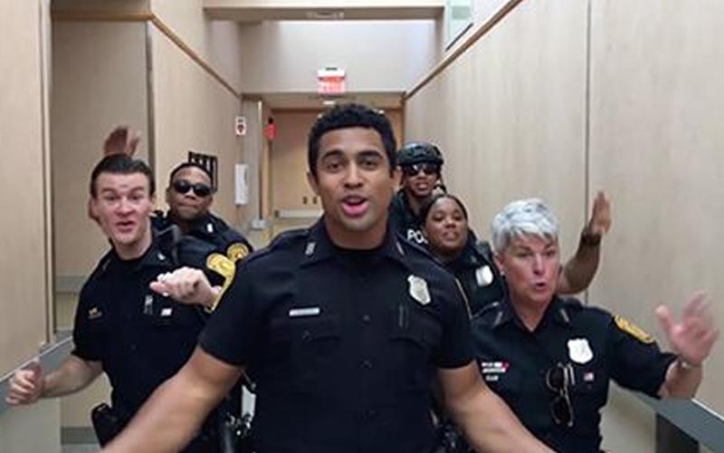 美國警察一鏡到底拍攝「對嘴K歌」,嗨玩神曲《Uptown Funk》,kuso版超吸睛!