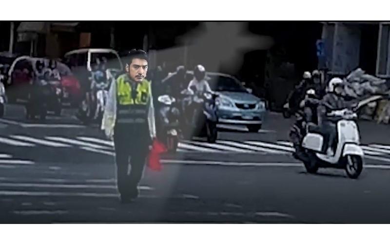 騎士遭貨車狂逼逼!警察「超帥神救援」 瀟灑開單「當場教訓駕駛一頓」:好療癒~