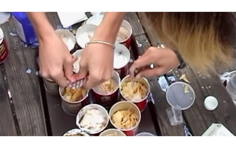 小屁孩在餵海鷗的食物中加入瀉藥 「黃金」雨糞淋路人滿身遊客全中招