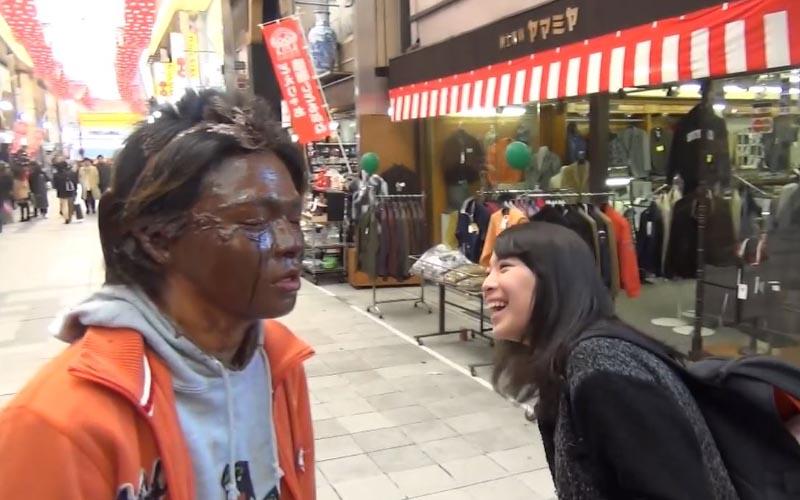 可以幫我吃掉臉上的巧克力嗎?日本正妹大方一口咬下