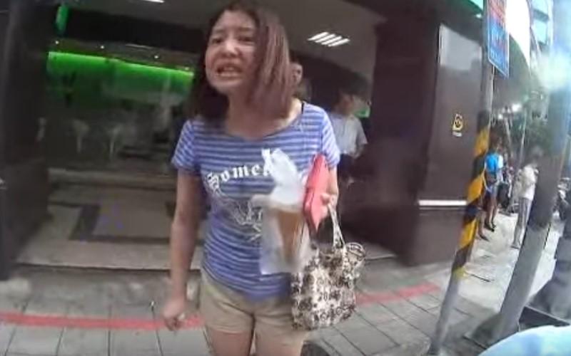 女子將垃圾硬塞水溝....正義哥罵「妳怎這麼沒水準」 女子惱羞「狂嗆聲狡辯」網友傻眼:不要臉