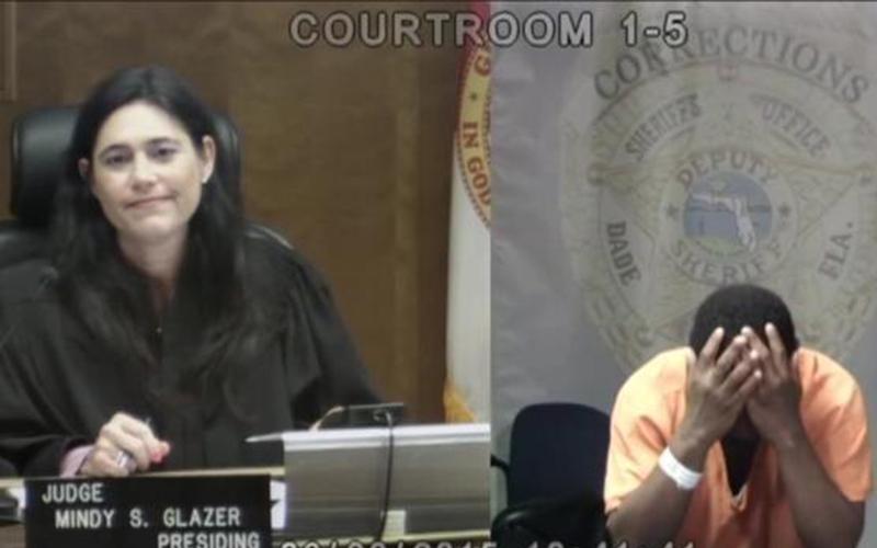 女法官在法庭上認出偷竊慣犯是「中學時期的玩伴」,聽完她憶當年...他瞬間悔恨崩潰大哭!