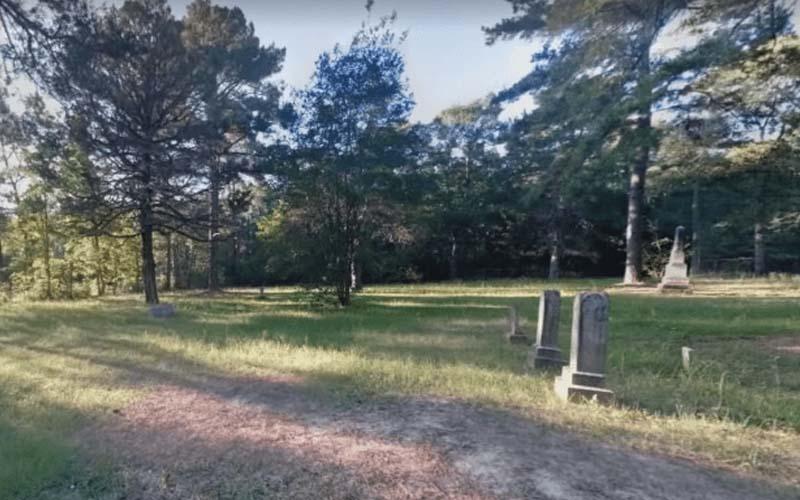 網友無聊玩Google街景,拉到一處森林裡的教堂墓園,再往左拉並放大看到詭異的畫面!