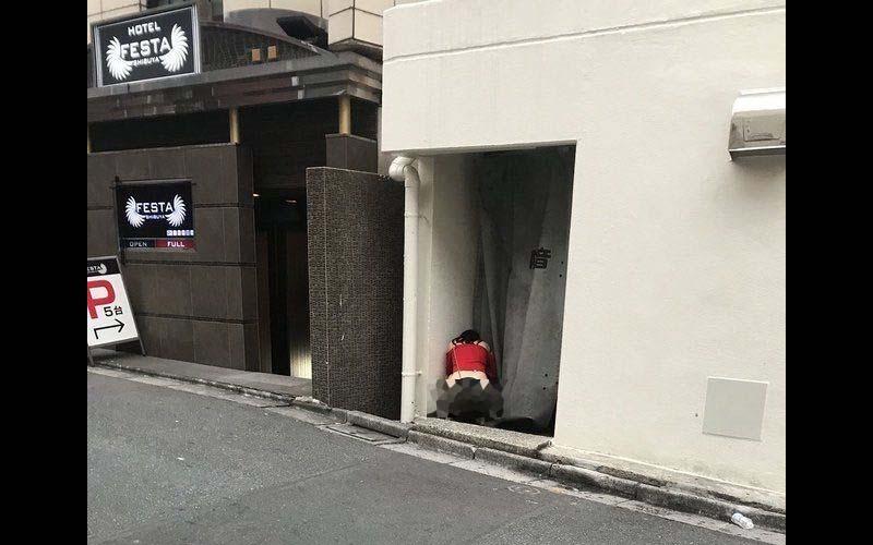 日網友經過賓館街,發現有一櫻花妹蹲在角落,仔細一看他驚呆了「還真敢啊!」