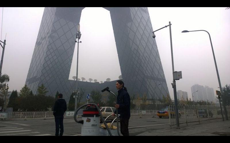 這名藝術家在北京街頭「用吸塵器吸了100天的霧霾」,最後把成果倒出來時…可以蓋房子了!