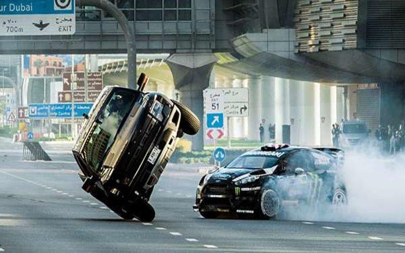 「漂移大神」只駕改造過的普通車就超越千萬超跑,然而最令人不敢眨一眼的卻是接下來的特技場面…