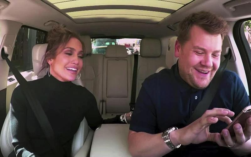 「寶貝今晚要放鬆一下嗎」主持人用J-Lo手機發惡搞簡訊給李奧納多,他的回應讓大家都笑到流淚了!