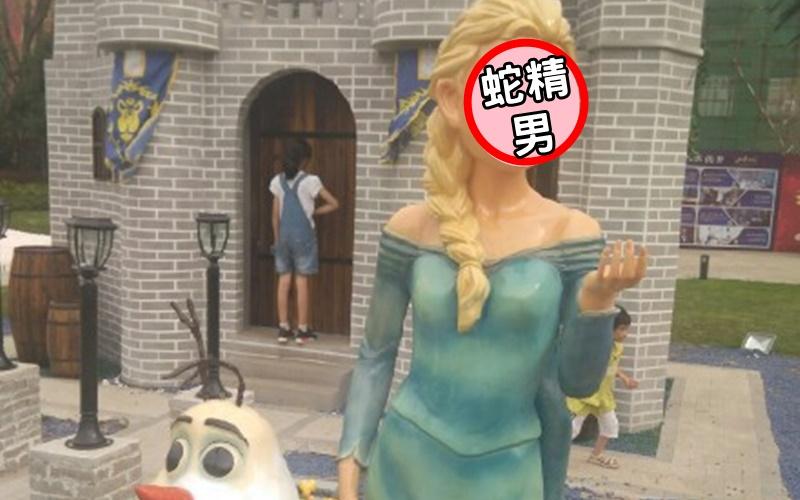 網友分享自己出遊拍到的艾莎雕像,但仔細一看,竟然撞臉蛇精男。