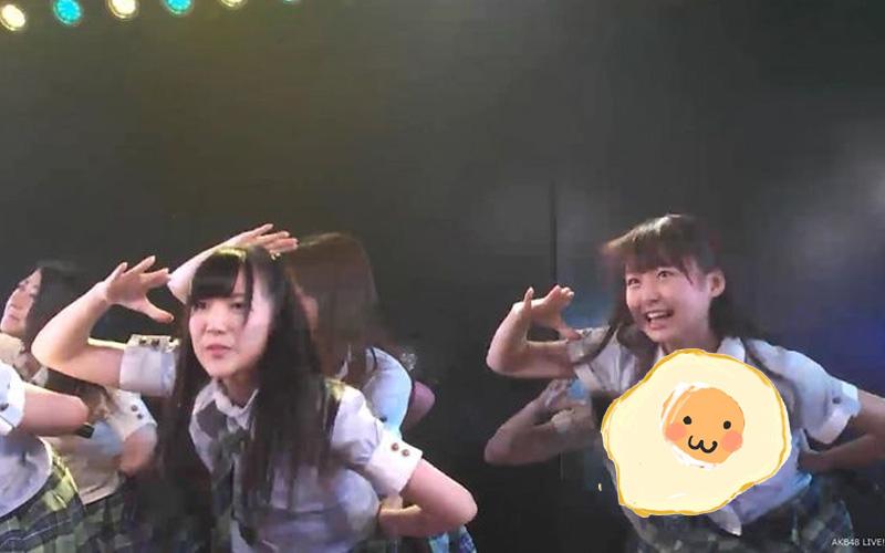 14歲AKB日本妹唱跳動作太大,水手制服「扣子蹦開大走光」!全場看傻狂拍:夠粉嫩