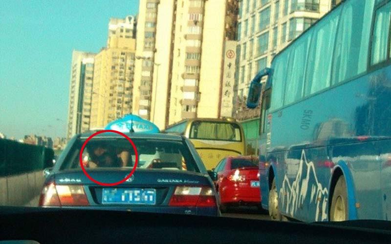 一對外國男女竟大膽在計程車後座上演活春宮,司機當場臉綠!整條路上的車都成了Live觀眾!