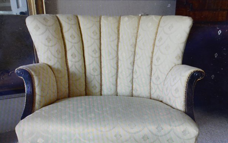 """10年前在拍賣會上花200塊買了破舊不堪的椅子.最近翻新竟意外發現""""卯死了"""""""