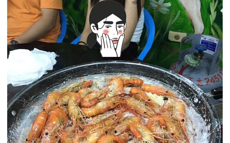 網友假問卦「釣蝦場的蝦真的健康嗎?」結果目的只是想炫耀後面的豪乳妹!!