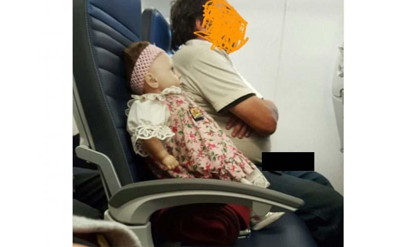 她搭飛機時看到隔壁男子替自己的鬼娃娃訂了一個座位,沒想到轉機後娃娃又在隔壁!