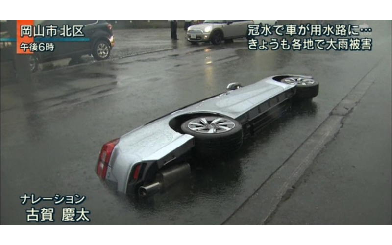 大馬路上「車被劈成兩半」嚇傻路人,後來警察趕來檢查後才發現這令人哭笑不得的真相!
