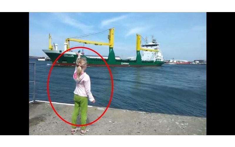 小女孩狂對油輪比「這個手勢」希望它鳴笛~但當對方終於回應時她卻後悔的拔腿就跑!