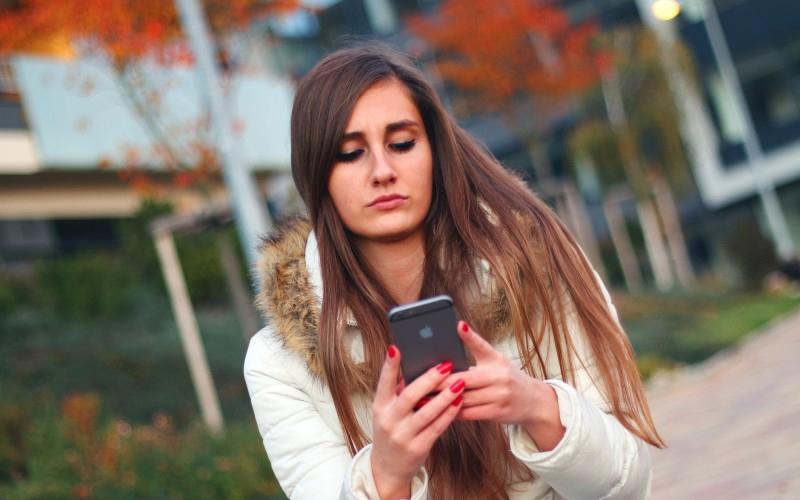 你睡覺時都把手機放床邊嗎? 如果是的話,或許該停止了!長期下來的影響非常可怕