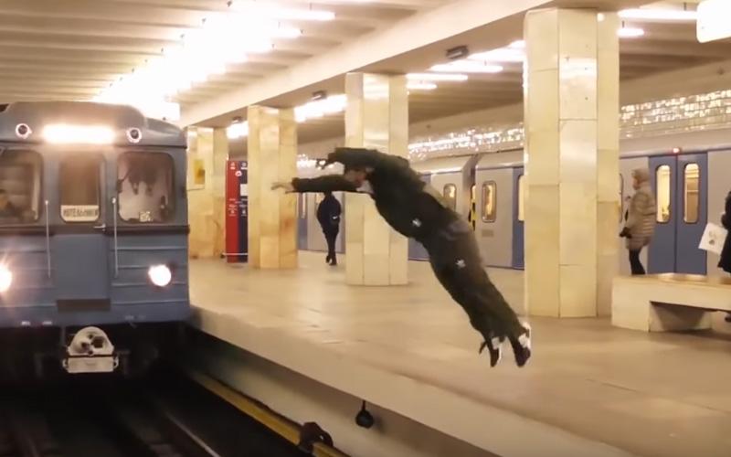 俄羅斯男子看到列車後「突然整個人從月台跳出去」,接著下一秒的畫面…瘋了!