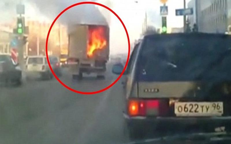 雞肉運輸車突然起火燃燒...戰鬥民族路人竟冷靜用超狂「機智神救援法」讓網友都拍手叫好!(圖+影)