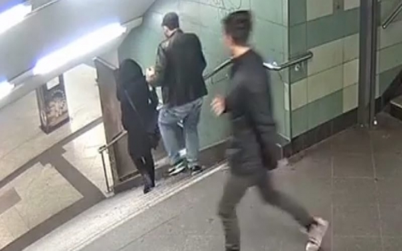 單身女子「遭尾隨」下樓梯時陌生男子「隨機送上一腳」監視器拍下的畫面惡劣到令人髮指!(圖+影)