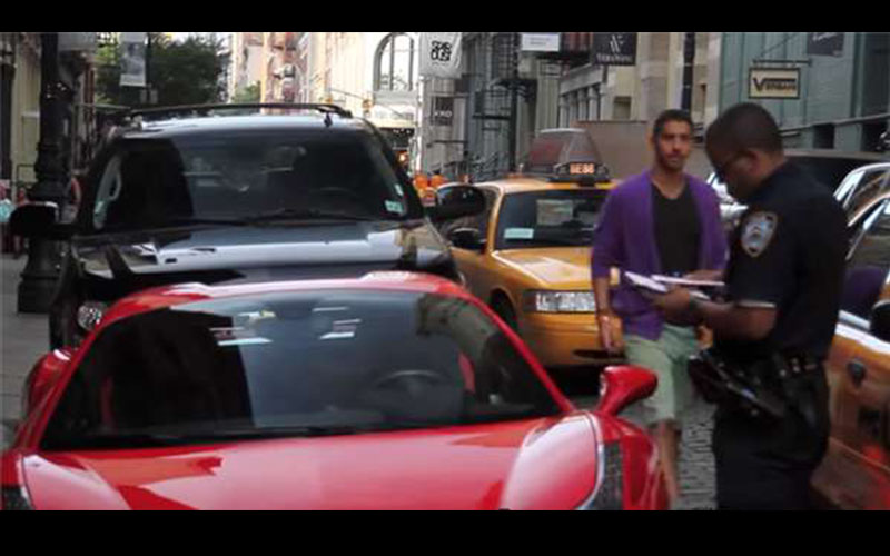 開法拉利的土豪不滿被警方開單,企圖開車撞警察!警察接下來的舉動讓圍觀民眾全都拍手叫好!(圖+影)