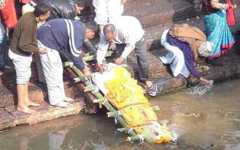 八歲時被蛇咬死的他,辦了水葬禮!可竟在11年後活著回來了!震驚全村民!