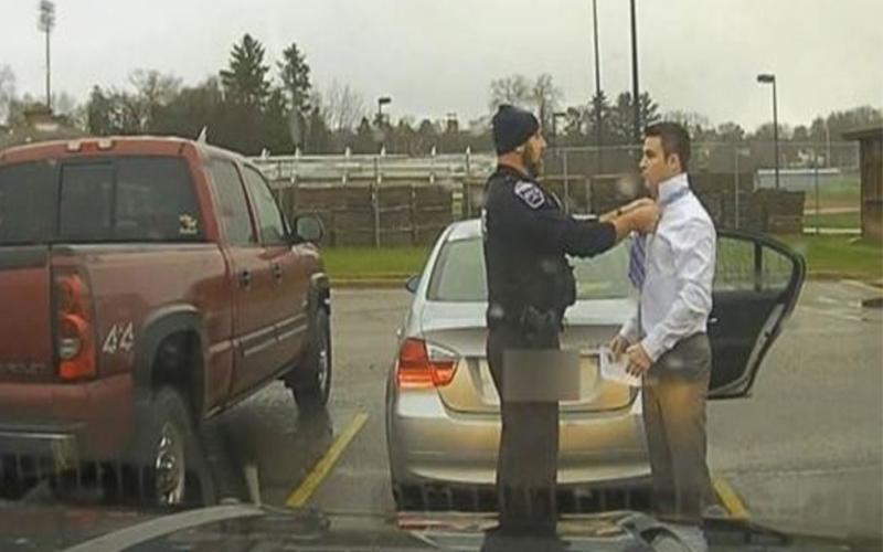 超暖警察!學生開車超速的慌張解釋「不會打領帶」,他邊檢查證件邊幫男孩繫領帶!(圖+影)