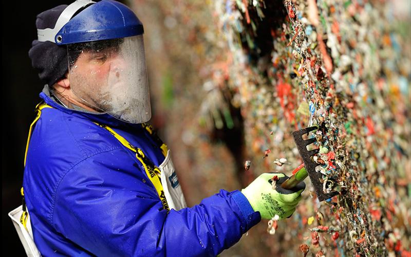 世界最噁心的景點「口香糖牆」累績20多年後終被清除:這過程實在太舒心!!(圖+影)