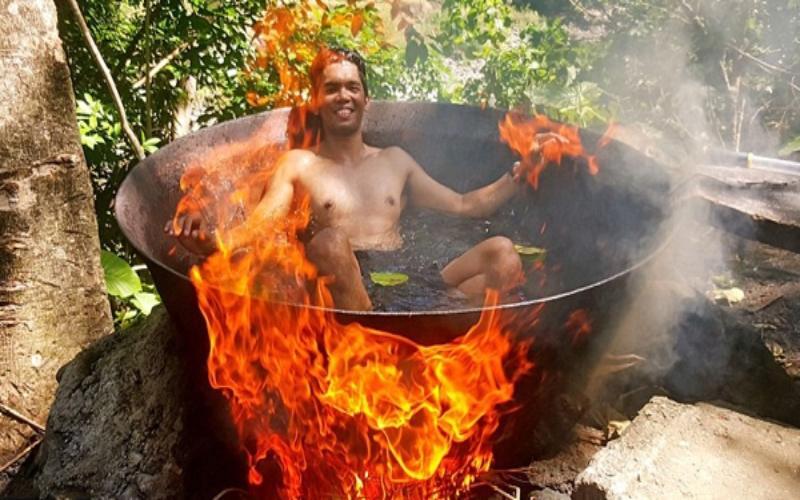兩津4ni?這名遊客94狂「被當地人丟進滾燙的大鍋」像是要被活活煮死的樣子,你還笑得出來?