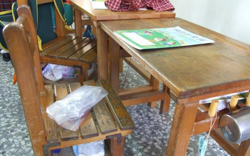以為只是拿來吊東西?!沒想到小學課桌椅的「這三根」竟有神秘用途:這不是用來掛抹布的嗎