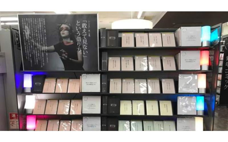 日本這間出租店的DVD竟「全都沒有封面」好奇湊近看後,上面僅寫了一行字…