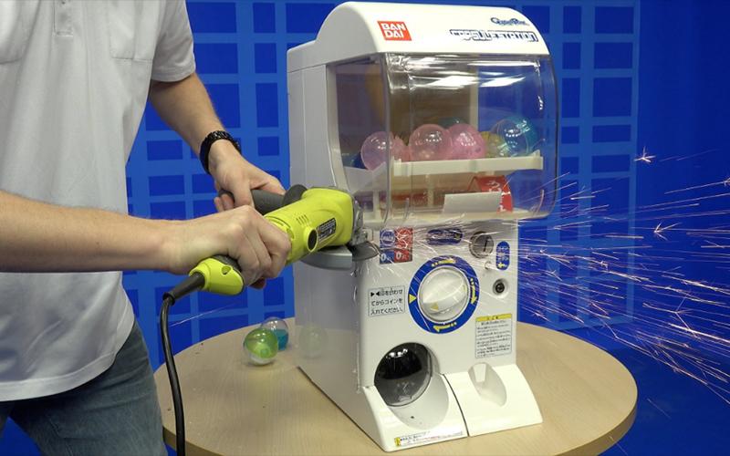 好奇日本「扭蛋機」是怎麼運作的?外國人決定直接鋸開整臺機器來給你看!