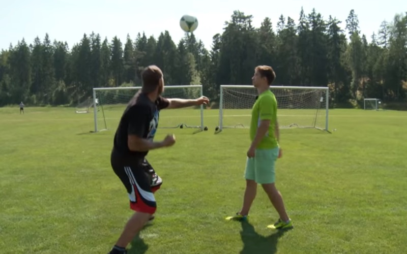 重量級拳擊手可以一拳把足球打到多高多遠?一旁的足球員都看傻了…(圖+影)