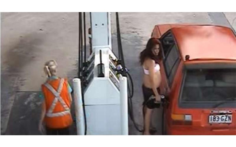 她原本計畫加完霸王油就上車逃掉,但監視器卻拍到她被豬一般的隊友「害慘飛高高」的慘狀!(圖+影)