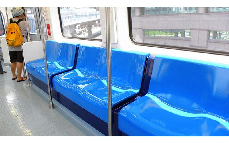 捷運座椅為何要設計內凹槽?他超爆笑還原與「正妹邂逅全過程」看完你就懂了!