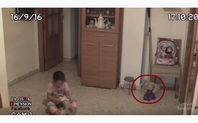 小女孩跟爸媽說覺得家裡怪怪的,一裝了監視器才發現..令人寒顫的真相!(影片)