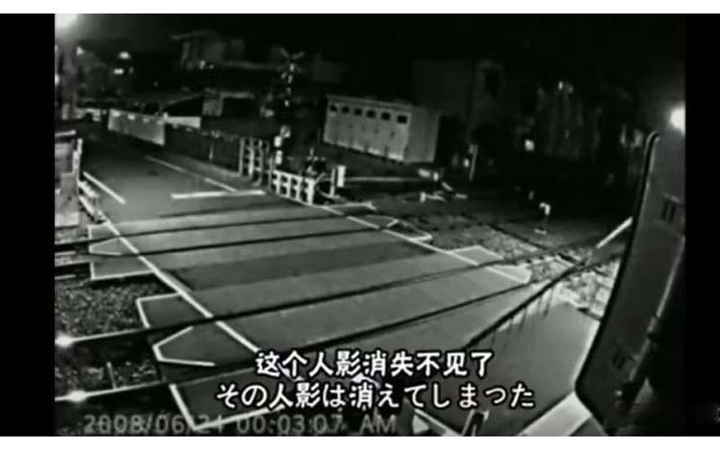 日本監視器拍下的真實片段!神秘人自殺身亡後竟仍不斷重複撞火車:乾看完毛骨悚然!(圖+影)