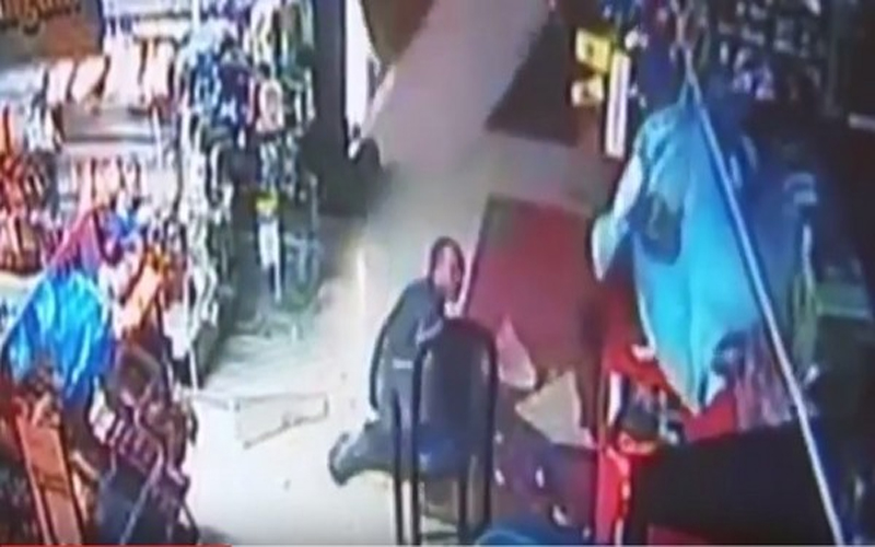 笨賊闖進超市偷竊,衝破「天花板」滾落地什麼都沒偷到還遭雜物攻擊..